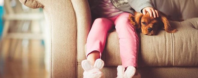 ソファーに座る女の子