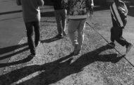 歩いてる人の写真